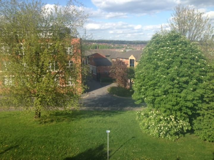 LARGE ROOM LS2-5mins from town/arena - private W/C