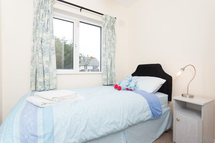 Lovely cosy single room in family home - Galway - House