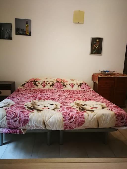 Letto matrimoniale con materasso in lattice e reti in tavole di legno. Lo stesso letto su richiesta può essere suddiviso in 2 letti singoli