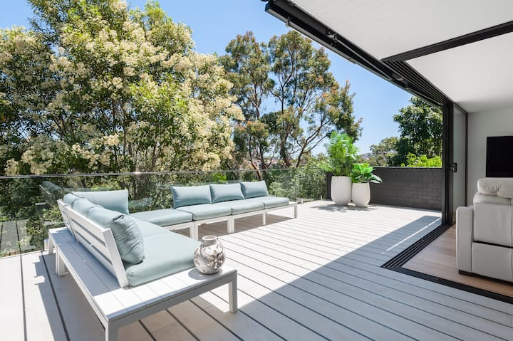 Luxurious home mins from cafes beach and city