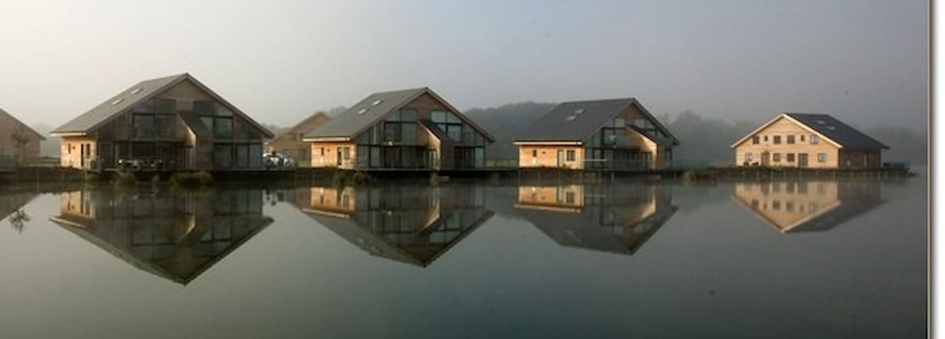 Modern Lakeside Holiday Home - South Cerney - Rumah