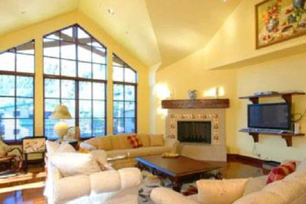 Huge Great room with Stunning Unobstructed Mountain Views
