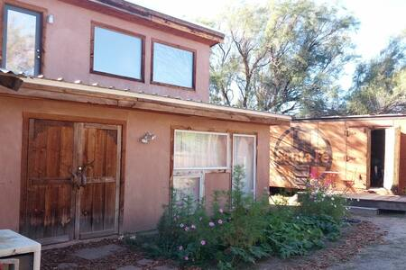 Situated on 2 acres in North Valley close to Old Town.  450 sq feet with kitchenette and loft. Sculptor Ed Haddaway's studio and home is on the premises. Dog Friendly, pool and hot tub.  To be aware of: Composting toilet, Shower is in main house.
