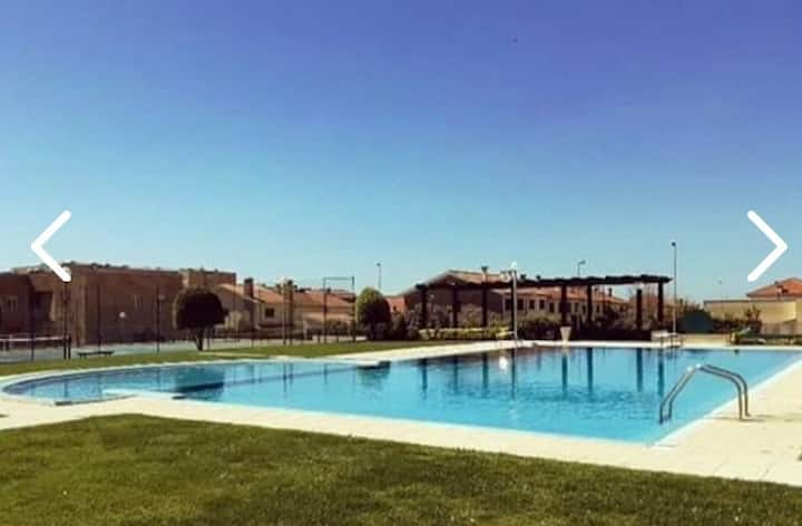 Apartamento com piscina à beira mar