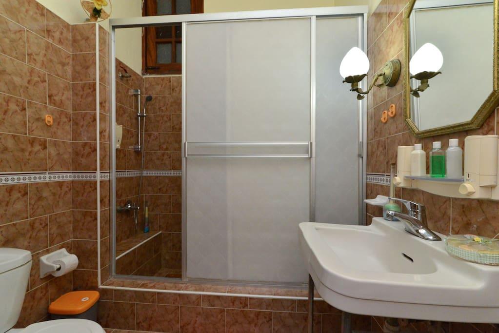 Baño 1 espacioso con dispensadores de jabón liquido, shampoo, acondicionador para el cabello
