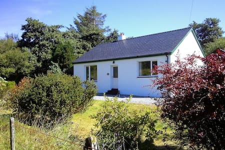 Cosy south Skye cottage with garden - Isleornsay