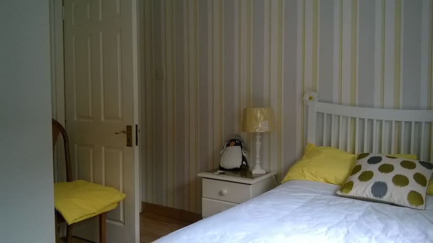 Single room near main bus stops - Kilpedder