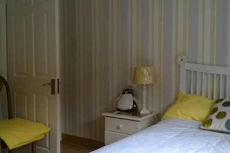 Single room near main bus stops - Kilpedder - Casa