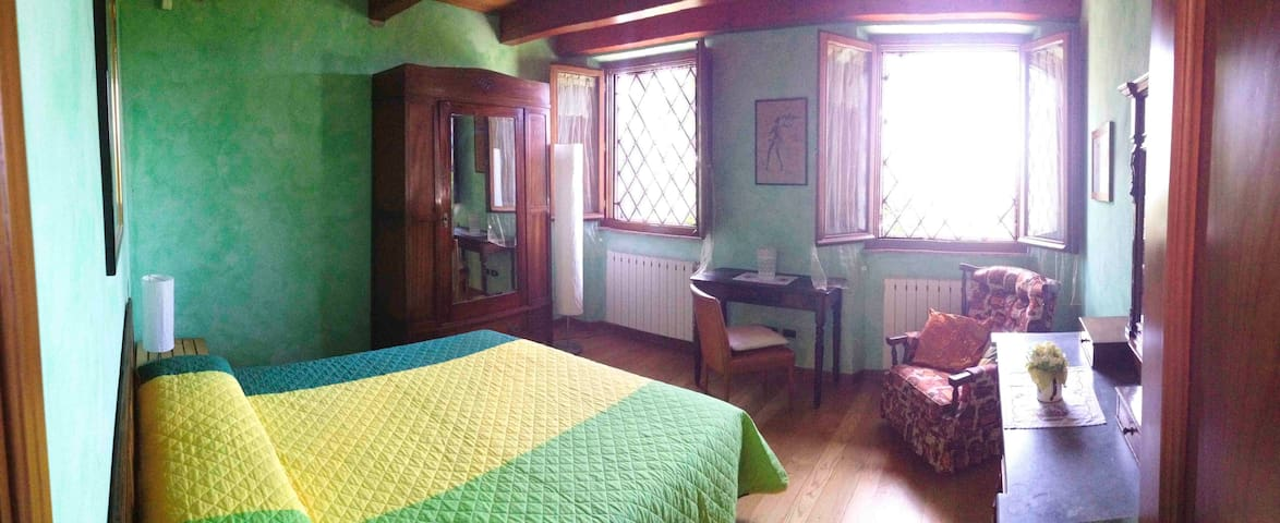 Master Bedroom in Lucca, Tuscany - ลูกา - บ้าน