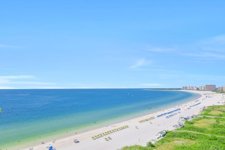 Elegant beachfront condo w/ heated pool, hot tub & panoramic ocean view