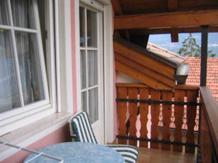 Der Balkon mit Aussicht aufs Südtiroler Unterland