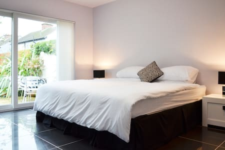 Ensuite room with small kitchen area and patio - Glasnevin - Maison