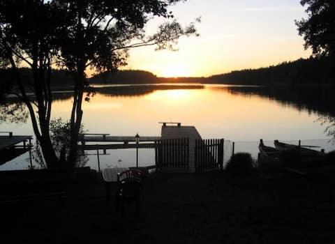 pokoj z podwojnym lozkiem i lazienka nad jeziorem