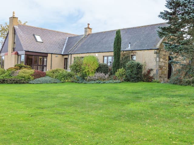 PINDLERS CROFT, pet friendly, with open fire in Forres, Ref 965432
