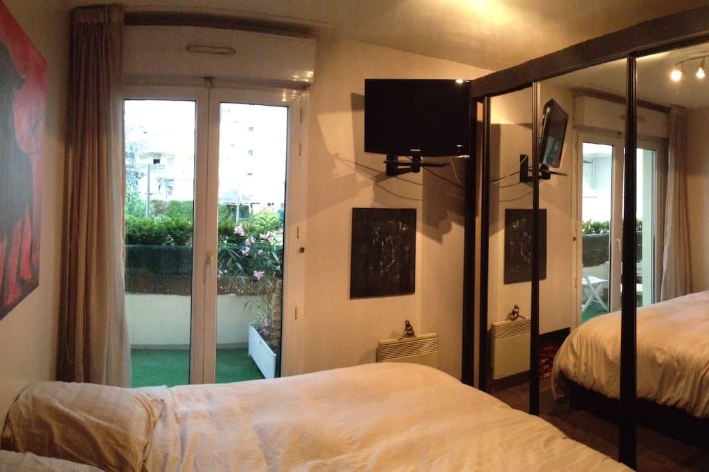 Une chambre confortable avec un lit en 160cms