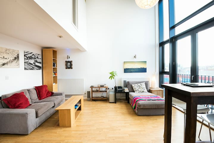 Entire floor with private bathroom modern & bright - London