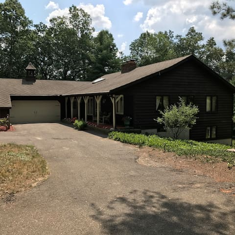 Wooded Home (20 minute drive to airport & DT)