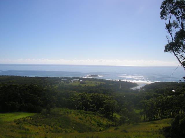 Large private area, minutes to secluded beach lake - Woolgoolga - Leilighet