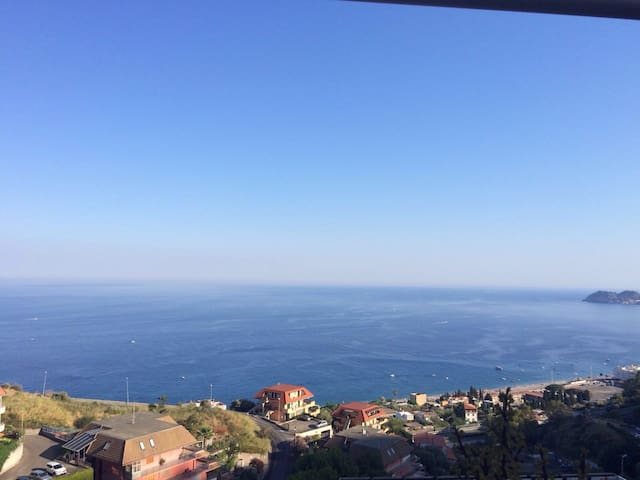 Taormina tra collina e mare