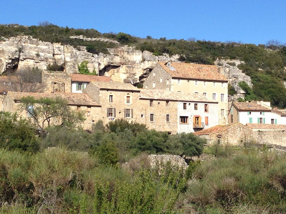 La grande bâtisse qui domine le village et nommé le château. Ce château a été au Comte de pardailhan autrefois.