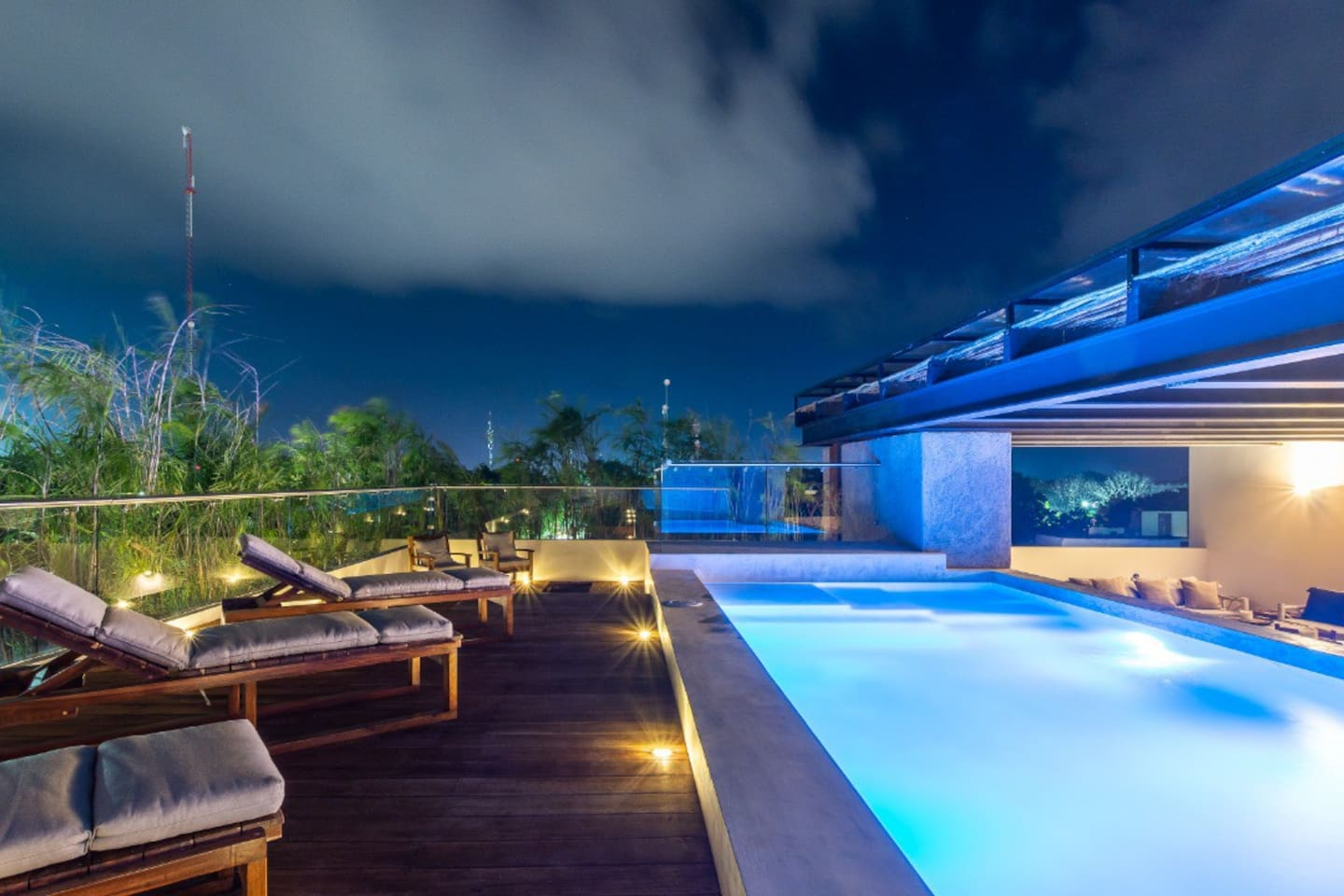 pool with lights / alberca con luces