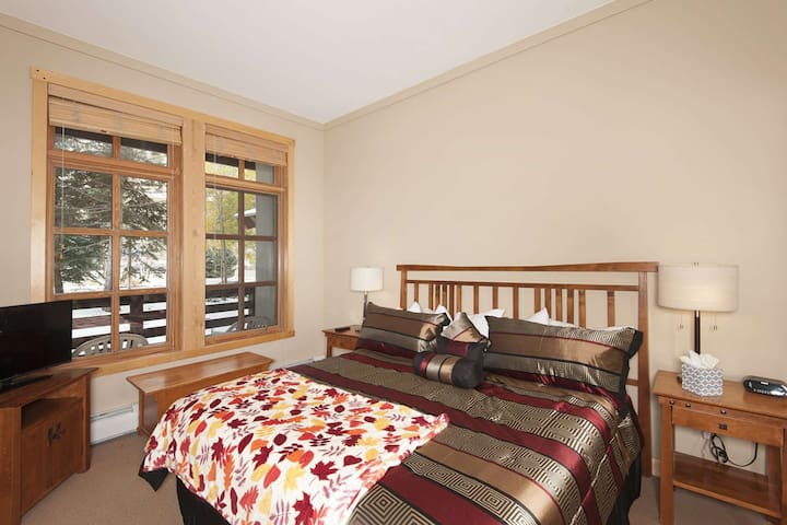 Awesome Updated Location in Center Village, 5 Min. Walk to Lifts, 2 Hot Tubs, Covered Parking