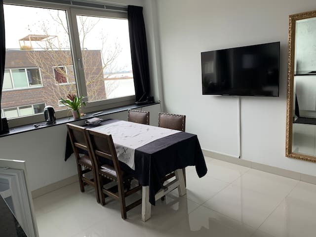 Luxurious Waterfront top Floor appartement
