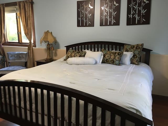 Private Garden Level Large Bedroom King Twin Beds