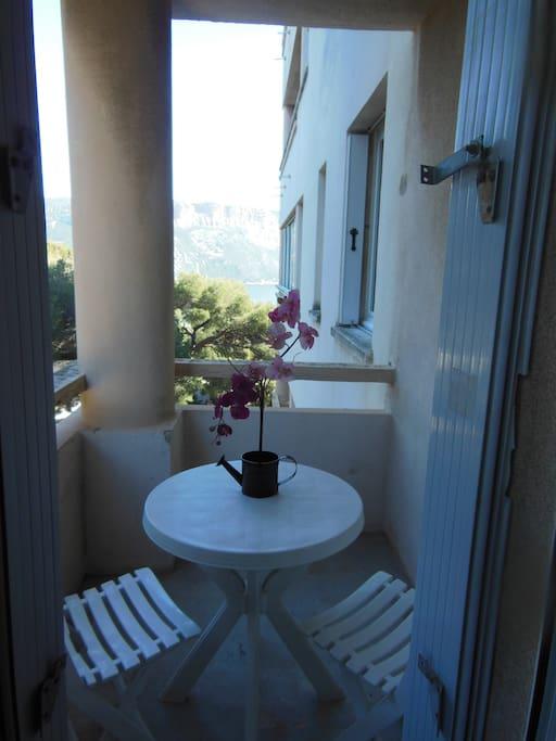 Vous pourrez déjeuner sur ce petit balcon, peut être un peu serré , mais que du bonheur et le chant des cigales en été.