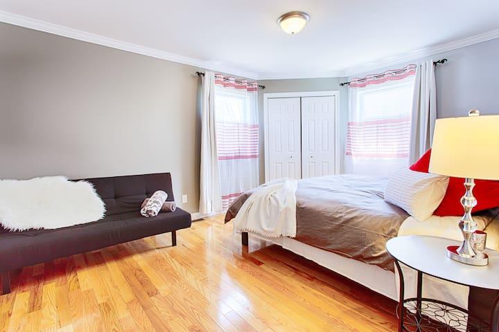 *NEW*Stylish*King bed* Master Room*Niagara Falls