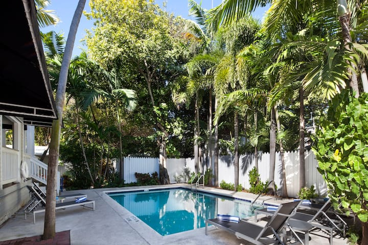 Private 4 person room - NYAH Adult Exclusive