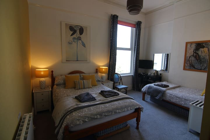 Lovely Double/Twin in a Seafront Guesthouse
