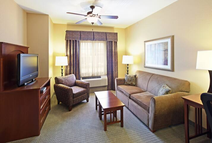 Free Breakfast. Offsite Pool Access. Gym. Close to Mercy Hospital Northwest Arkansas!