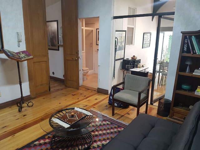 Vista de la puerta de entrada, sala baño y cocina