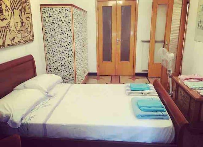 Camera da letto matrimoniale con armadio e ventilatore. (Ombrellone da spiaggia)