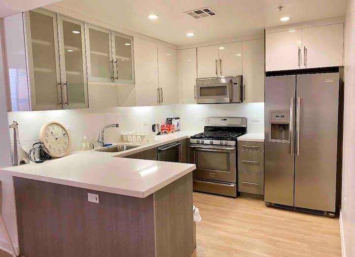 *Luxury 2bd apartment at Santa Monica free parking