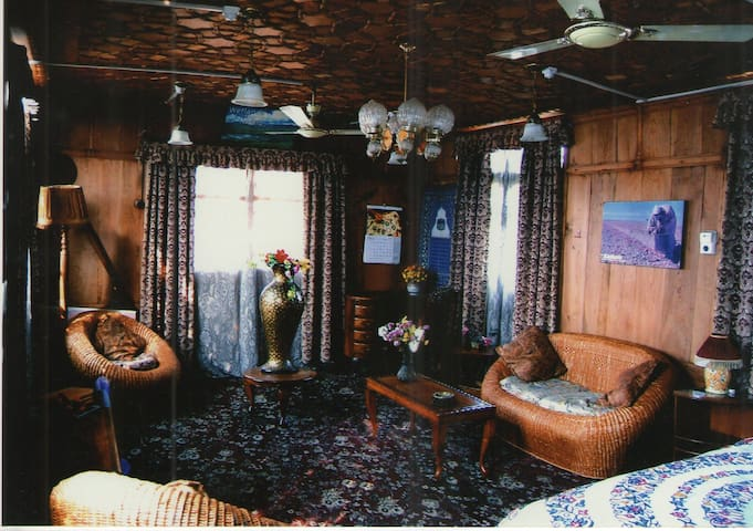 """New Buckingham Palace"" Heritage houseboat"