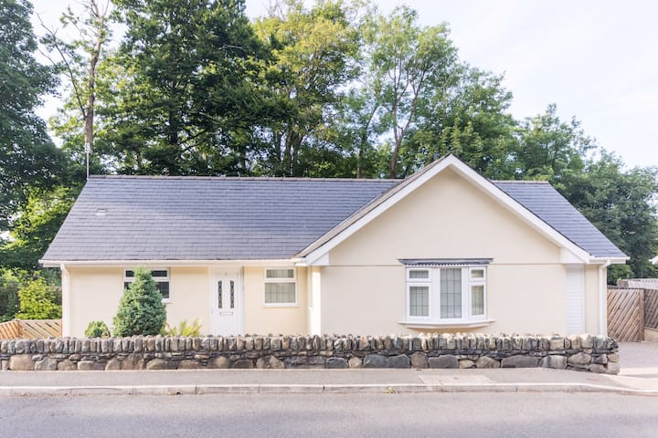 Charming modern bungalow in Snowdonia by the sea.