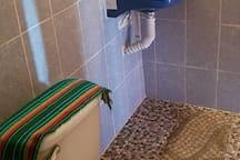 Cuarto 2) con baño privado, cocina y refrigerador