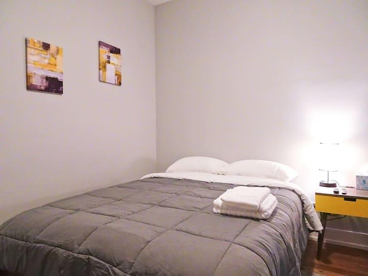 3D1 Deluxe Queen Bedroom Near Chicago