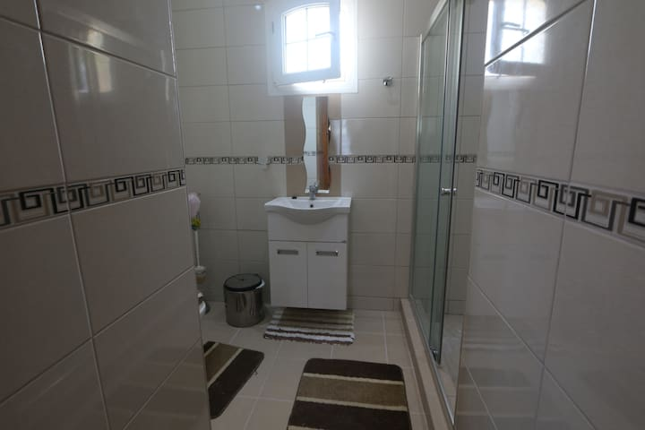 Downstairs En-Suite