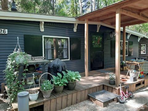Knusse boshut, veel privacy en natuur op park