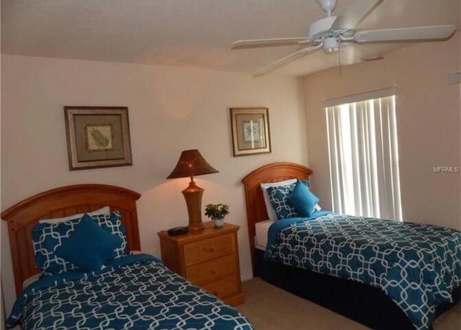 Villa w/ POOL- Shared Room - 15 min Disney!!