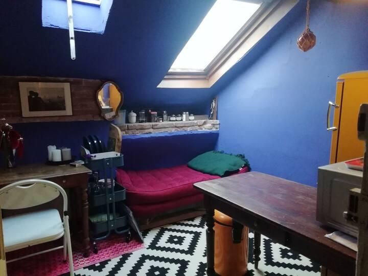 Studio bleu bohème. Ancien atelier sous les toits