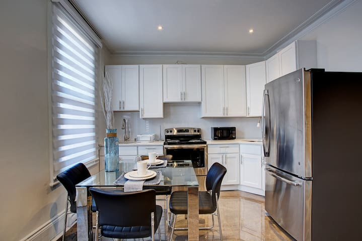 Private Luxury suite in Heart of Outremont AC