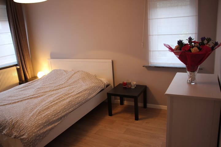 Roomsuite in Airport house shared with 2 pilots - Zaventem - Villa