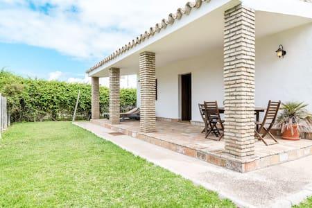 Modern holiday home with pool - El Algarrobo
