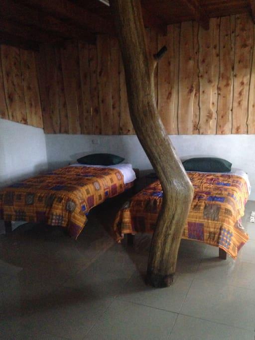 Cabaña 2, cuenta con camas individuales y un sofá cama.