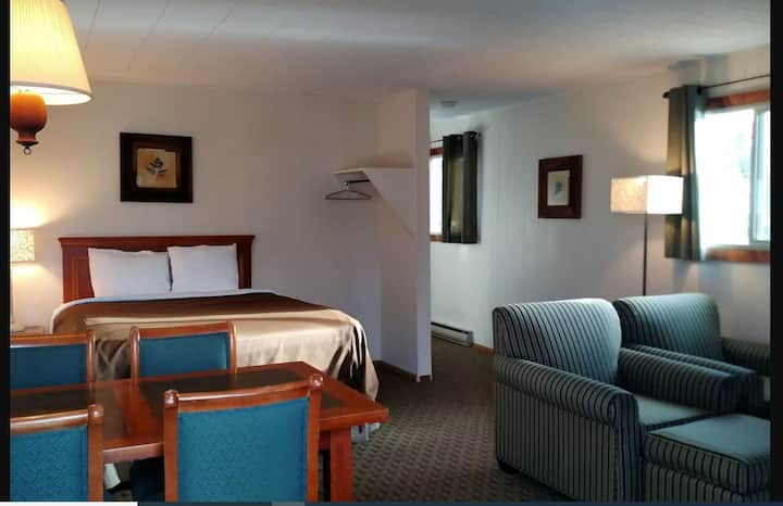 3 Queen Bed Suite Non Smoking at Four Season Lodge