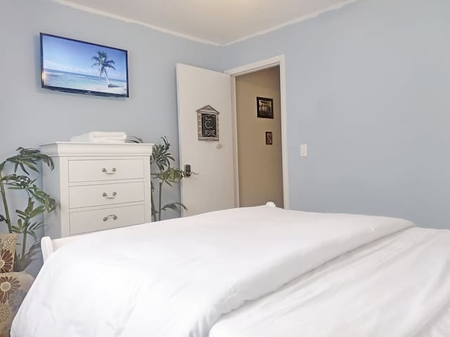 "Coastal decor & a 32"" Roku TV w/ Netflix & Cable."